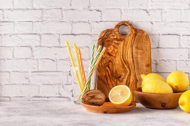 Лимоны и соковыжималка для приготовления лимонного сока