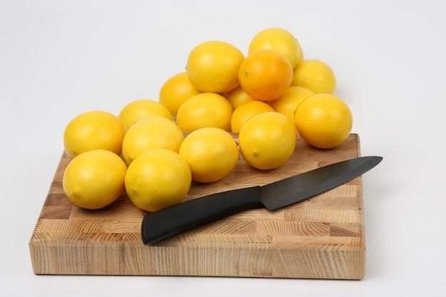 레몬과 칼이 도마에 있습니다.