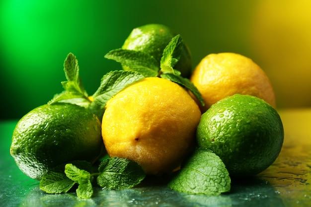 Лимоны и лаймы на ярком
