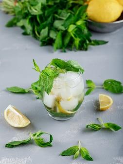 レモンとミント、ボウルに氷のようなデトックス水
