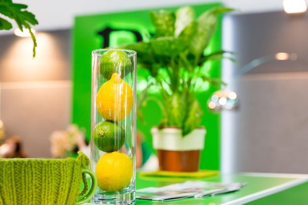 ガラスのボウルにレモンやその他の家の装飾