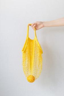끈 가방 쇼핑백에 레몬 바나나와 오렌지
