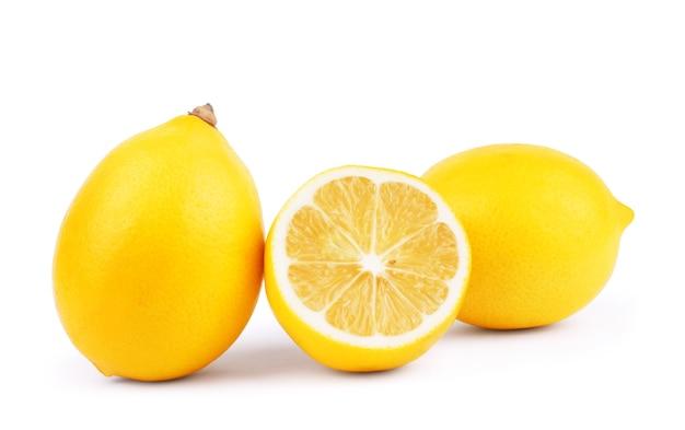 Лимоны. свежие спелые лимоны, изолированные на белом фоне. лимон в разрезе