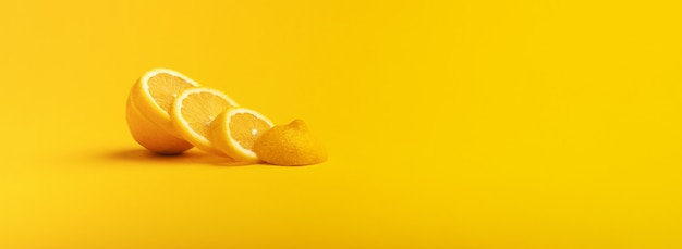Лимоны плоды. сочный ломтик лимона