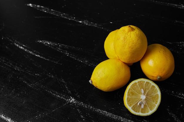 黒の背景に分離されたレモン。
