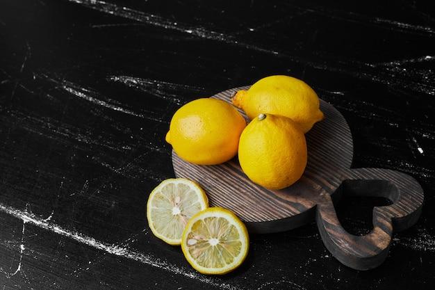 木の板に隔離されたレモン。
