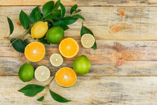 Лимоны, лаймы и апельсины с листьями