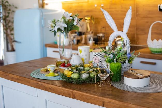 Лимоны, оливки, миндаль на деревянной доске и пасхальные яйца сзади