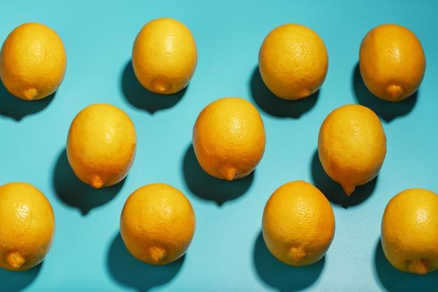 パターンの形のパターンを持つ青い背景のレモン。