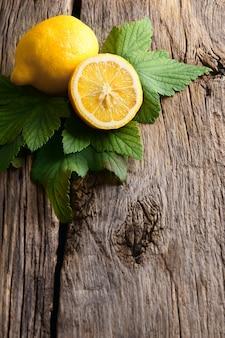 レモン。木の板の上。