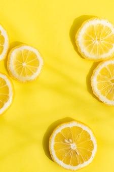 Лимоны на желтом фоне. нарезанный лимон. желтые плоды. лимонная копия пространства макета.