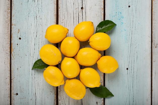 Лимоны на голубом деревянном