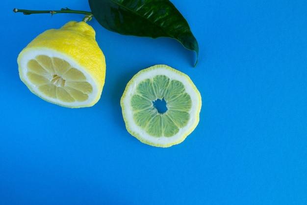 青い背景のレモン。コピースペース。上面図。