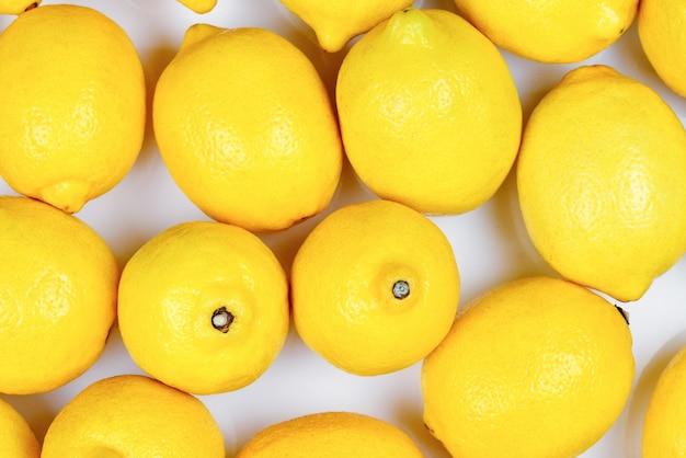 Лимоны на белом фоне.