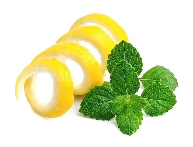 Кожура лимонов и мята, изолированные на белом.