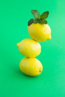 レモンは緑にピラミッドを積み上げました