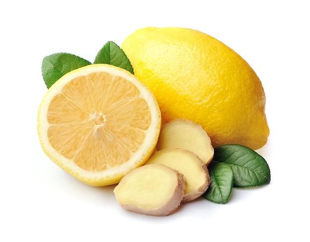 Лимоны с имбирем изолированы.