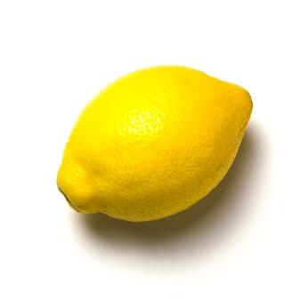 白い壁に影とレモン