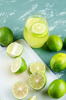 レモン、スライス、石膏とまな板のレモネードハイアングル