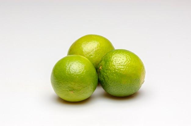 白い背景で隔離の水滴を持つレモン。