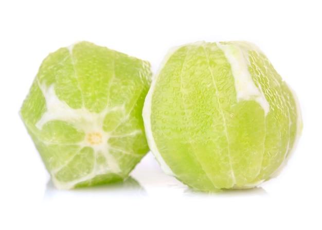 皮膚のないレモン、白で隔離