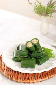 Лемпер - это традиционное индонезийское блюдо из клейкого или липкого риса, приготовленное на пару с кокосовым молоком, с куриной нитью внутри и завернутое в банановый лист.