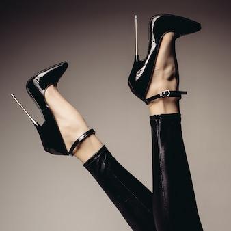 Лендер женские ножки в комбинезоне из спандекса и фетиш-туфлях на очень высоком каблуке. бдсм тема.