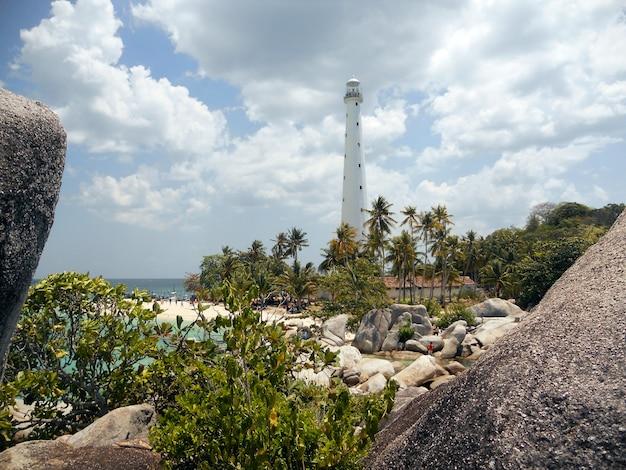 インドネシアlengkuas島の劇的な灯台