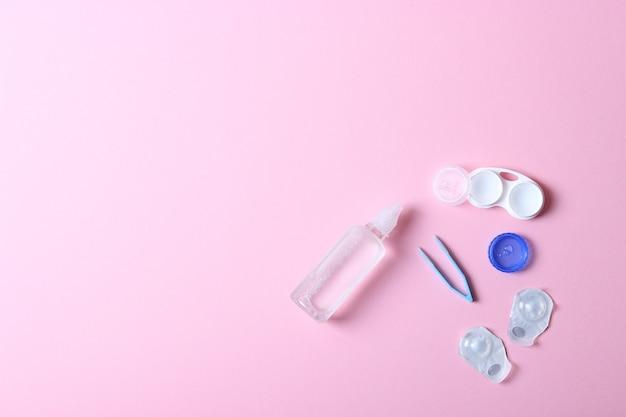 Линзы для коррекции зрения и аксессуары для линз на цветном фоне