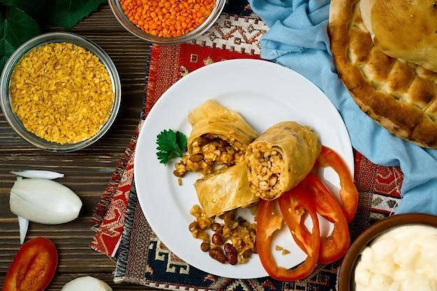 四旬節のドルマまたは野菜のロールキャベツ-pasutstolmaは、アルメニア料理、コーカサス料理のベジタリアン料理です。上面図