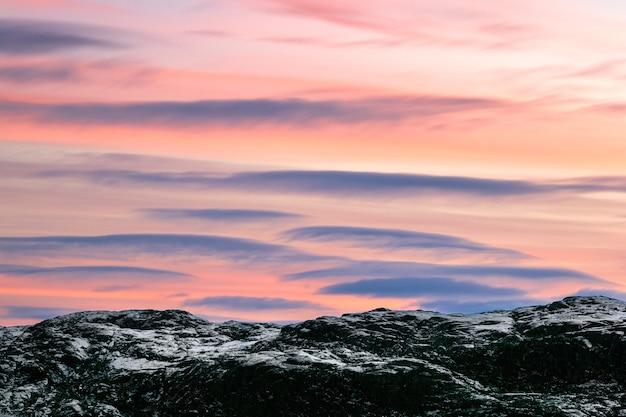 北極コラ半島の雪に覆われた丘の上のレンズ雲