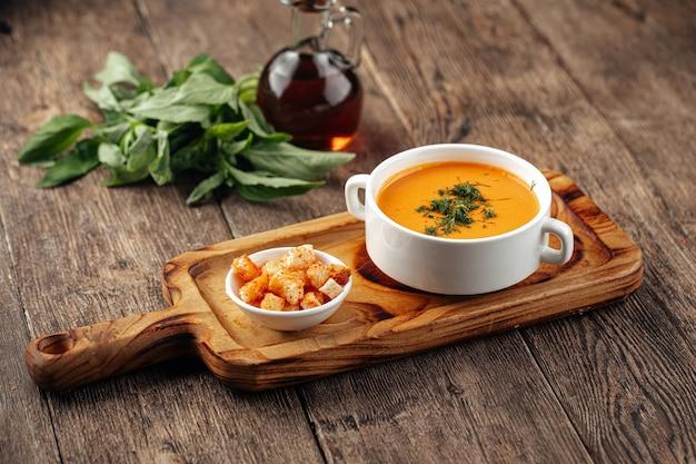ディルとクルトンのレンズ豆クリームスープ