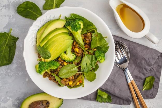 Салат карри из чечевицы с брокколи и авокадо на белом