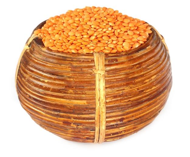 白い背景の上のバスケットのレンズ豆