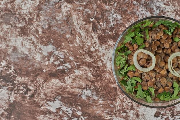 タマネギとハーブのレンズ豆のサラダ。