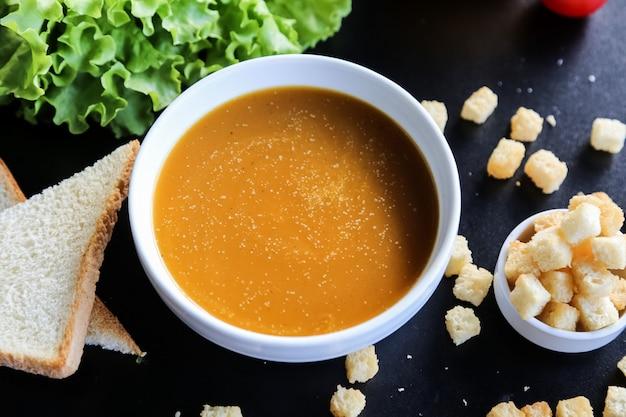 レンズ豆のスープクラッカーレタスレモン側面図