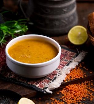 Суп из чечевицы в белой миске