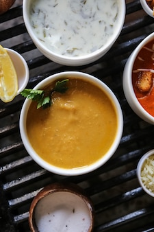 レンズ豆のスープレモンドブガトマトチーズの側面図