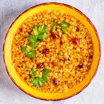 レンズ豆のスープ(masoordalまたはdaltadka curry)、ベジタリアン、ビーガン料理。