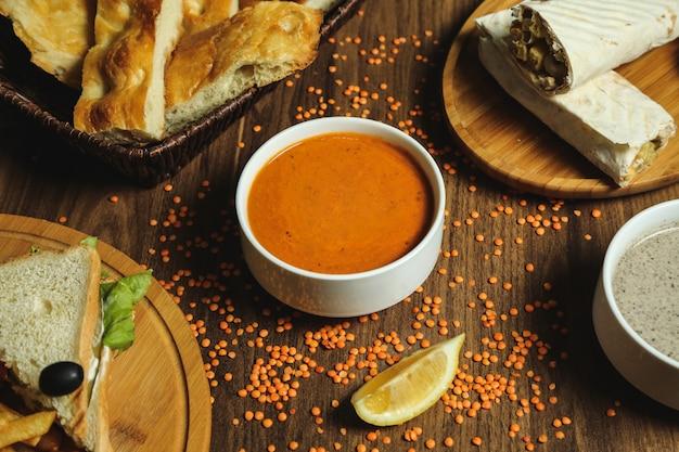 Zuppa di lenticchie e pane laterale sul tavolo