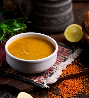 Zuppa di lenticchie in una ciotola bianca