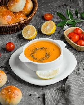 Суп из чечевицы с ломтиком лимона