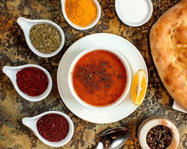 乾燥ハーブと他のスパイスとレンズ豆のスープ