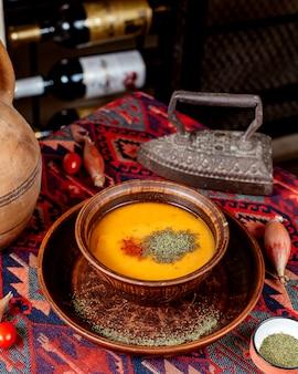 乾燥ハーブとレンズ豆のスープ