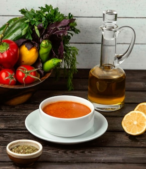 テーブルの上のレモンとレンズ豆のスープ
