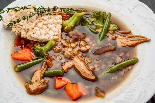 暗闇でポルチーニ茸のレンズ豆のスープ
