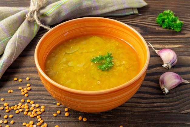 ボウルに野菜とレンズ豆のスープ