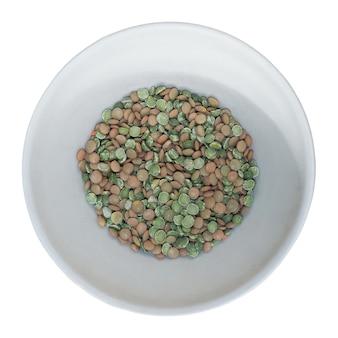 白で隔離のボウルにレンズ豆とエンドウ豆