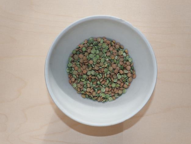 ボウルにレンズ豆とエンドウ豆