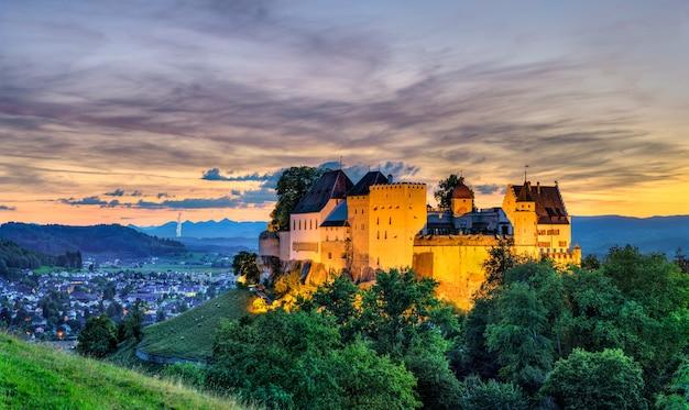 日没時のスイス、アールガウのレンツブルク城